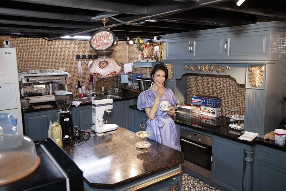 MC Thanh Mai hóa quý cô cổ điển khi uống trà chiều, mong sớm được hội ngộ con gái ở Mỹ - Ảnh 7.