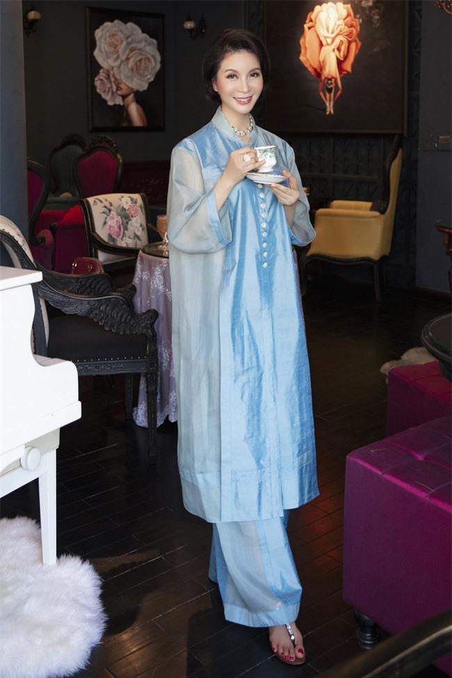 MC Thanh Mai hóa quý cô cổ điển khi uống trà chiều, mong sớm được hội ngộ con gái ở Mỹ - Ảnh 8.