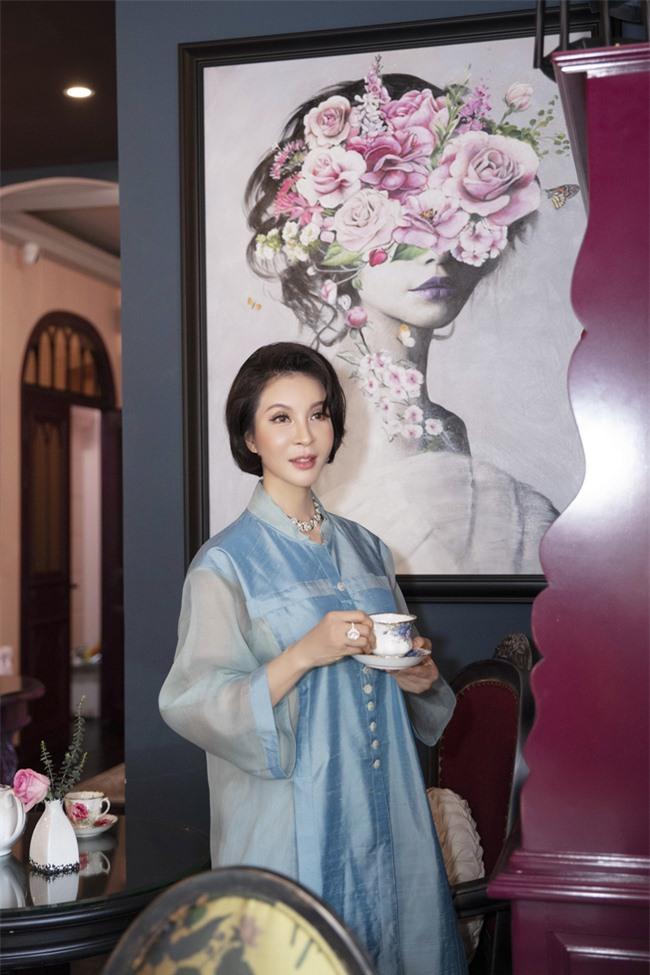 MC Thanh Mai hóa quý cô cổ điển khi uống trà chiều, mong sớm được hội ngộ con gái ở Mỹ - Ảnh 9.