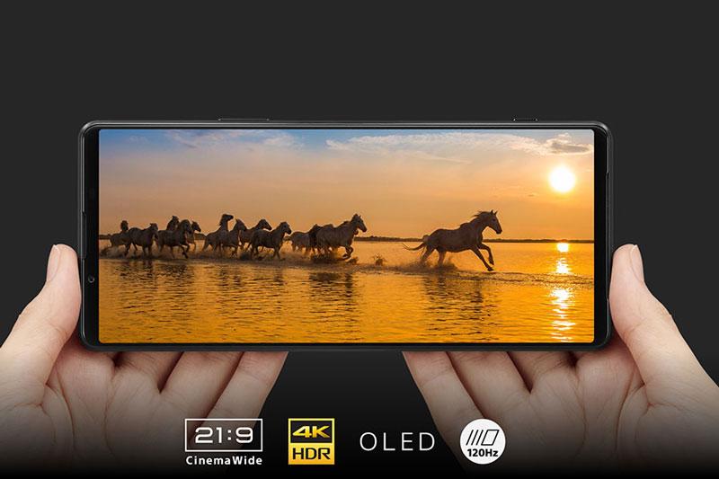 Sony Xperia 1 III được trang bị màn hình OLED 1 tỷ màu, kích thước 6,5 inch, độ phân giải 4K (3.840x1.644 pixel), mật độ điểm ảnh 643 ppi
