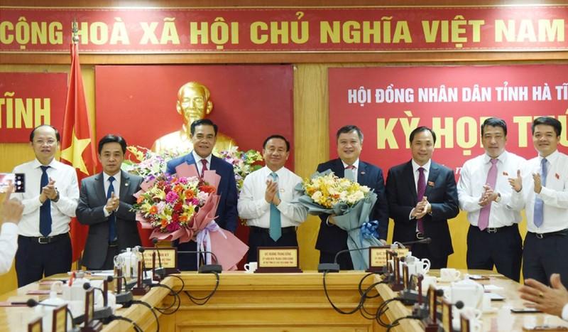Ông Võ Trọng Hải (Người thứ 3 từ bên trái sang) được bầu giữ chức danh chủ tịch UBND tỉnh Hà Tĩnh với số phiếu 100%.