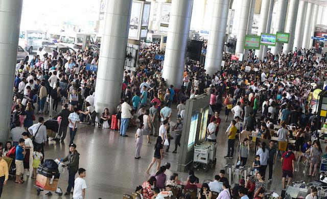 Khách xếp hàng ở khu vực chờ kiểm tra an ninh ga quốc nội sân bay.