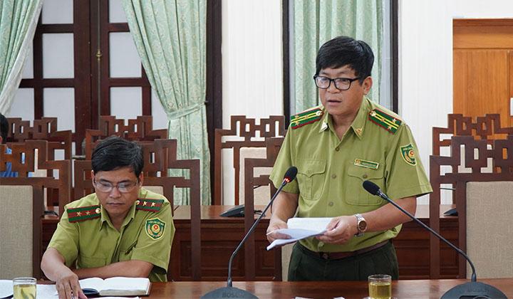 Phó Chi cục trưởng Chi cục Kiểm lâm tỉnh Thừa Thiên Huế Nguyễn Hữu Huy thông tin công tác bảo vệ rừng trong thời gian qua tại buổi họp.