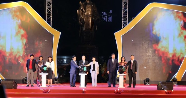 Các đại biểu thực hiện nghi thức khai mạc Lễ hội du lịch và ẩm thực Hà Nội năm 2021.