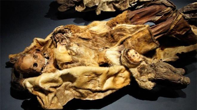 Nghiên cứu khảo cổ cho thấy bé trai 6 tháng tuổi bị chôn sống cùng với gia đình, cùng với anh trai 4 tuổi. Ảnh: Alamy.