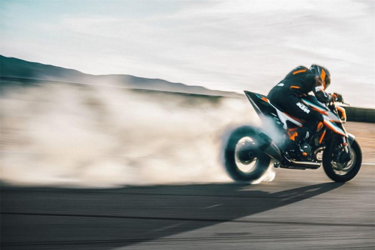 Một loạt phụ kiện từ KTM Powerparts cũng được cung cấp cho chiếc Super Duke RR bao gồm lon pô Akrapovic bằng titan và ống xả toàn bộ hệ thống titan của Akrapovic Evolution Line./.