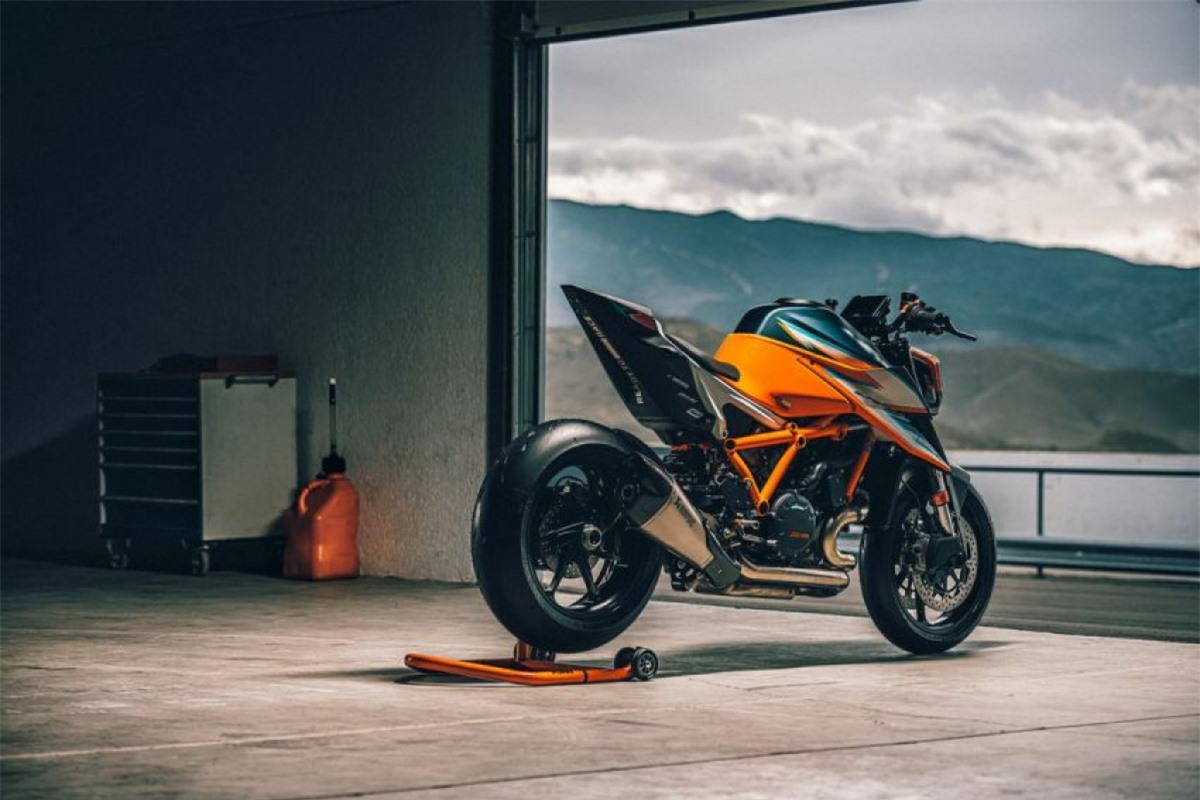 Với công suất 180 mã lực và mô men xoắn 140 Nm, chiếc Super Duke RR có tỷ số sức mạnh/ khối lượng 1:1.