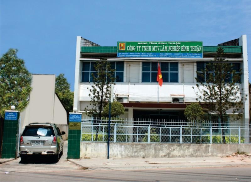 Nhiều sai phạm trong quản lý và sử dụng đất  Thanh tra tỉnh Bình Thuận vừa chỉ ra nhiều sai phạm về việc quản lý, sử dụng đất để thực hiện dự án trồng cao su, trồng rừng nguyên liệu của Công ty TNHH MTV Lâm nghiệp Bình Thuận (Công ty Lâm nghiệp Bình Thuận) và sai phạm trong việc chấp hành thuế, khoản vay nợ ngân hàng của Công ty TNHH Hoàng Linh (Công ty Hoàng Linh). Theo đó, Công ty Lâm nghiệp Bình Thuận được UBND tỉnh cho thuê 748,88 ha đất và cấp Giấy chứng nhận đầu tư với quy mô 805 ha đất để trồng cây cao su và trồng rừng nguyên liệu tại xã La Dạ, huyện Hàm Thuận Bắc nhưng chưa thực hiện đầy đủ thủ tục về đất đai và đầu tư dự án theo quy định. Cụ thể: chưa hoàn thành thủ tục thuê đất để thực hiện nghĩa vụ tài chính và cấp Giấy chứng nhận quyền sử dụng đất; chưa liên hệ Sở Tài nguyên và Môi trường để được hướng dẫn lập, trình phê duyệt Báo cáo đánh giá tác động môi trường của Dự án theo quy định.   Không chỉ vậy, mặc dù chưa hoàn thành các thủ tục về đất đai nhưng Công ty Lâm nghiệp Bình Thuận đã thực hiện ký Hợp đồng hợp tác sản xuất kinh doanh trồng cây cao su với Công ty Hoàng Linh diện tích 460 ha đất, trong đó có 40,06 ha đất thuộc dự án 805 ha mà Công ty Lâm nghiệp Bình Thuận chưa được Nhà nước cho thuê đất, chưa nộp tiền thuê đất, để đất đai bị lấn, chiếm.  Qua đó, Công ty Lâm nghiệp Bình Thuận chưa thực hiện đúng quy định về đất đai, chưa quản lý tốt đất đai và có biểu hiện tùy tiện trong sử dụng đất nhà nước cho thuê.  Thanh tra tỉnh Bình Thuận cho biết thêm, trong quá trình hợp đồng hợp tác sản xuất kinh doanh, Công ty Lâm nghiệp Bình Thuận chưa bàn giao đủ đất (đất trồng được cao su) cho Công ty Hoàng Linh nên Công ty chỉ trồng được 376,897 ha/460 ha cây cao su theo hợp đồng đã ký kết, dẫn đến phát sinh mâu thuẫn trong hợp tác sản xuất kinh doanh làm cho dự án không hiệu quả, đến nay Công ty Lâm nghiệp chưa được phân phối lợi nhuận sản lượng khai thác mủ cao su do Công ty Hoàng Linh không thống nhất phân chia lợi nhuận theo như hợp đồng đã ký.   Đối vớ
