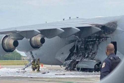 """""""Ngựa thồ"""" C-17 của Mỹ bốc cháy trên đường băng"""
