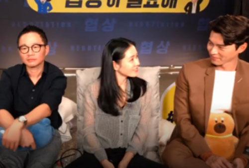 """Fan soi chi tiết Hyun Bin - Son Ye Jin liếc mắt đưa tình công khai đến nỗi đạo diễn ngồi cạnh chẳng khác nào """"kỳ đà cản mũi"""""""