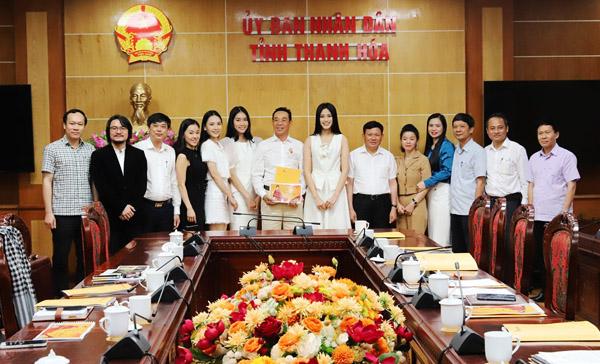 Đoàn công tác Công ty CP Quảng cáo Thương mại Sen Vàng chụp ảnh lưu niệm cùng đại diện lãnh đạo tỉnh Thanh Hóa.