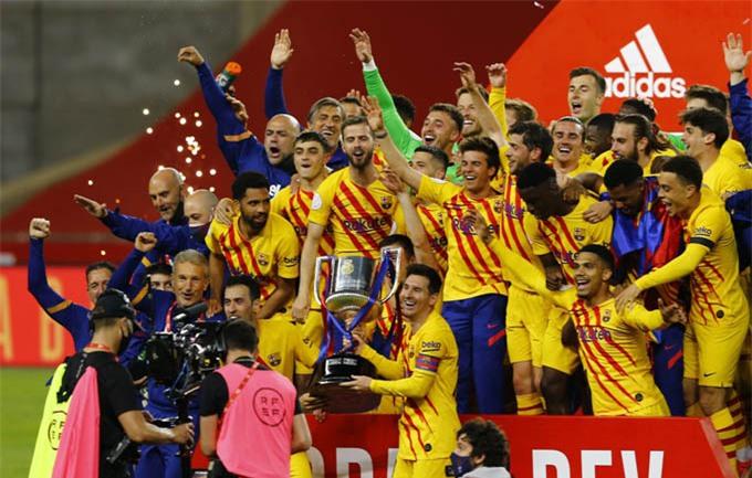 Messi và các đồng đội ở Barca ăn mừng chức vô địch Cúp Nhà Vua 2020/21