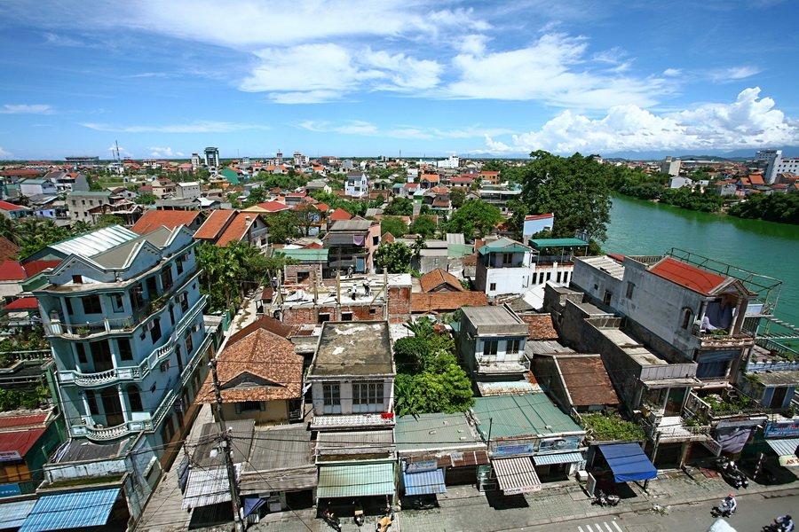 Thôn Vỹ Dạ xưa bên sông Như Ý, nay đã thành phố với nhà cửa chen nhau.