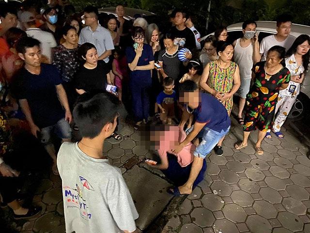 Rất đông người dân bày tỏ sự tiếc thương với gia đình cháu bé.
