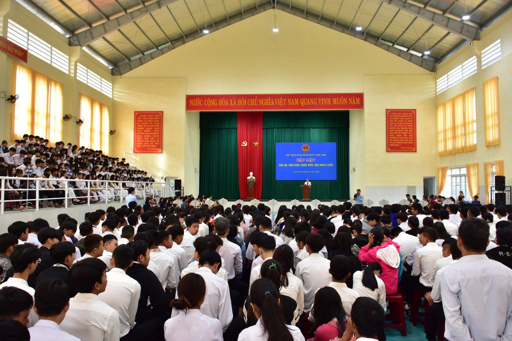 Hơn 800 học sinh, giáo viên Trường THPT A Lưới và những người làm công tác giáo dục huyện A Lưới tham gia buổi nói chuyện.