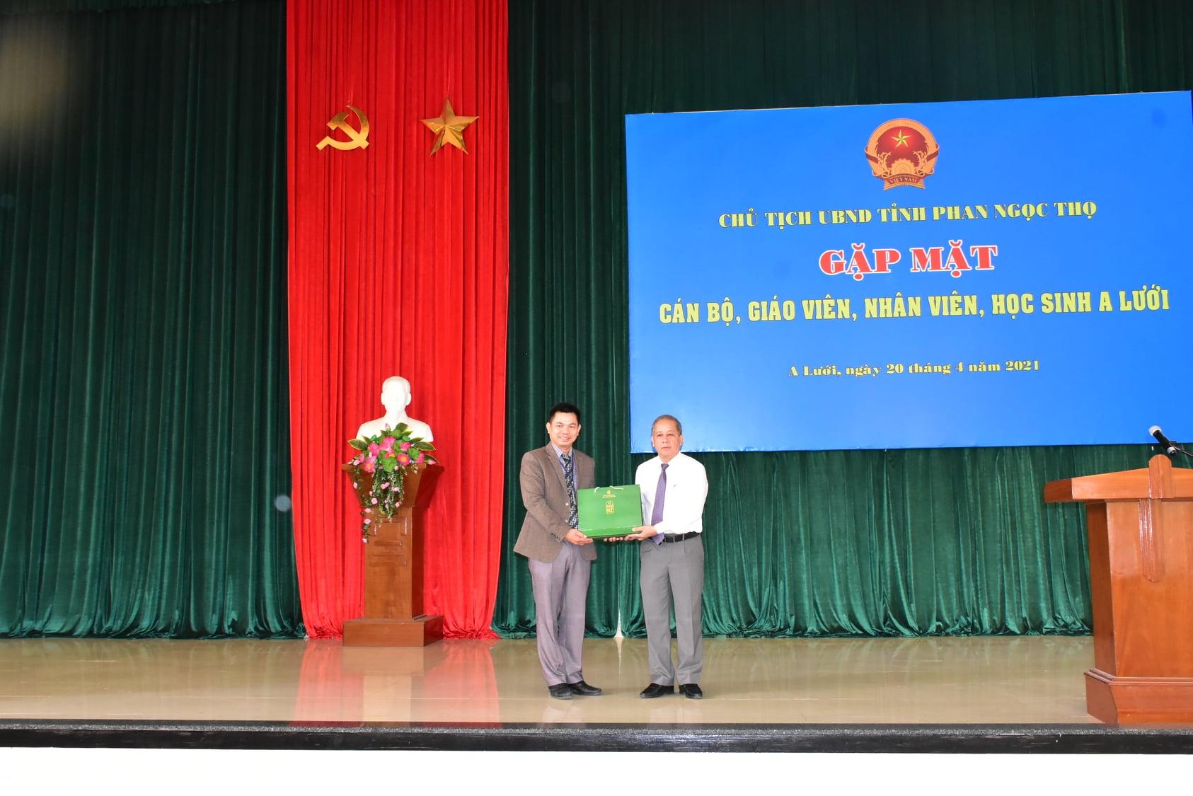 Chủ tịch UBND tỉnh Thừa Thiên Huế Phan Ngọc Thọ tặng sách cho Trường THPT A Lưới.