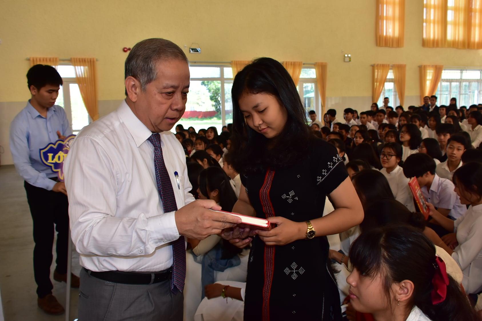 Chủ tịch UBND tỉnh Thừa Thiên Huế Phan Ngọc Thọ tặng sách cho các em học sinh.