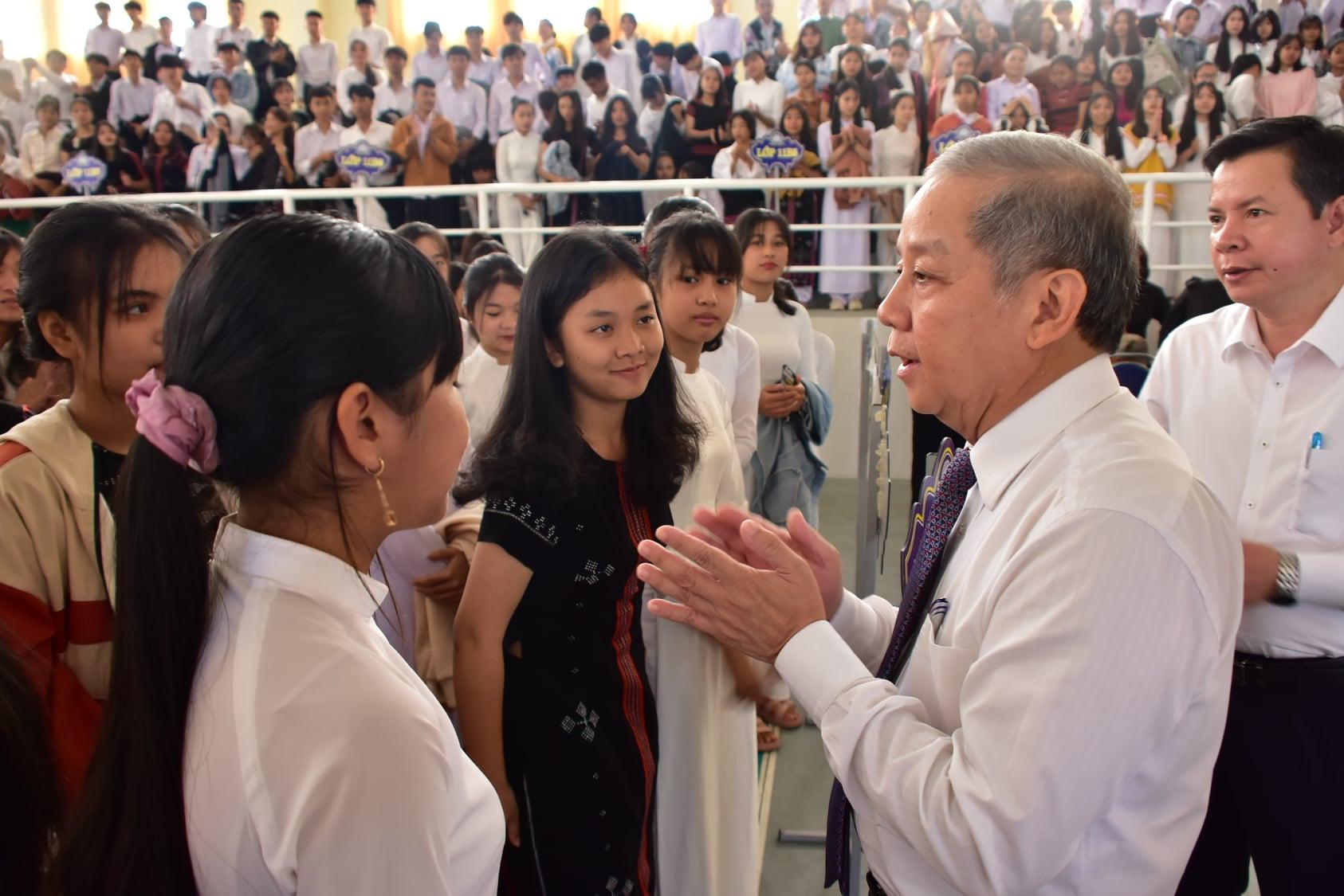 Chủ tịch UBND tỉnh Thừa Thiên Huế Phan Ngọc Thọ nói chuyện với các em học sinh.