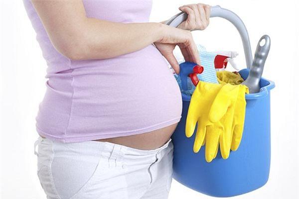 Khi mang thai phụ nữ nên nhờ chồng chia sẻ việc nhà