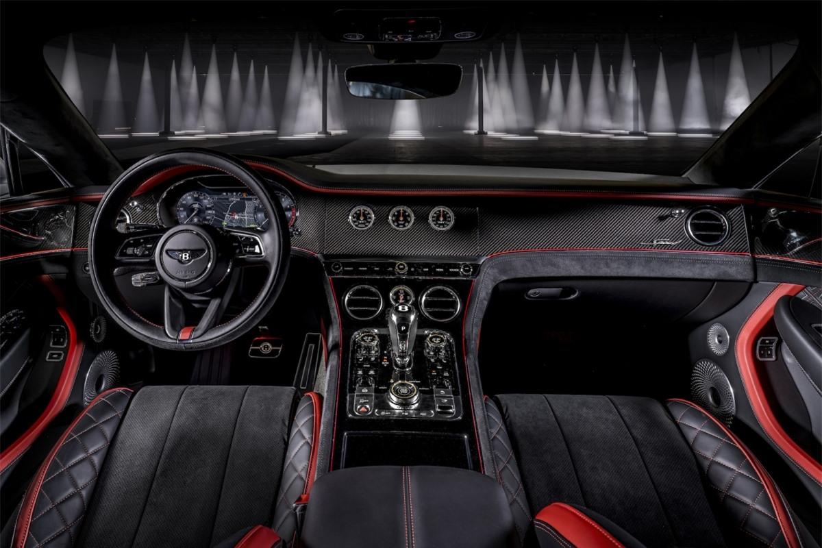 Bên trong, khoang lái của xe vẫn sở hữu sự sang trọng của một chiếc Bentley nhưng không kém phần đặc biệt của bản Speed.