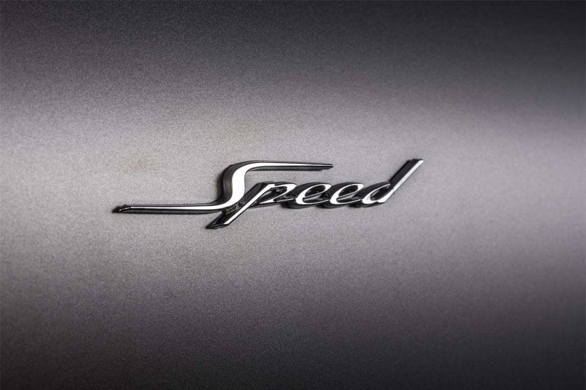 Bentley Continental GT Speed sẽ được trang bị thêm hệ thống phanh phanh hiệu suất cao với đĩa phanh được làm bằng hợp kim sợi carbon – silicon các-bua cùng má phanh bằng gốm – sợi carbon.