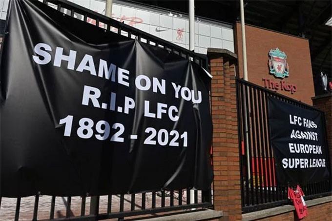 Biểu ngữ phản đối Liverpool dự Super League