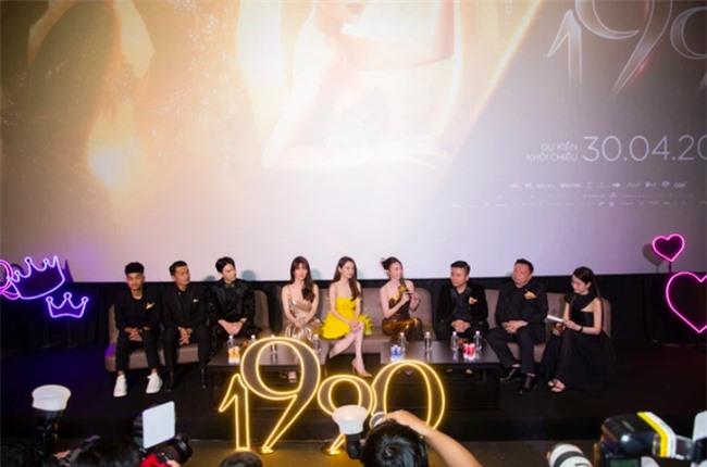 Trước vụ Nhã Phương nghi bị đạo diễn phim 1990 tố hành hạ ekip: Vợ Trường Giang gợi cảm đi họp báo, còn thân thiết với đạo diễn - Ảnh 3.
