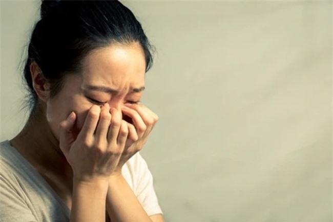 Nhìn con gái riêng của chồng ném cốc sinh tố xuống nền nhà và nói một câu làm tôi tan nát cõi lòng - Ảnh 1.