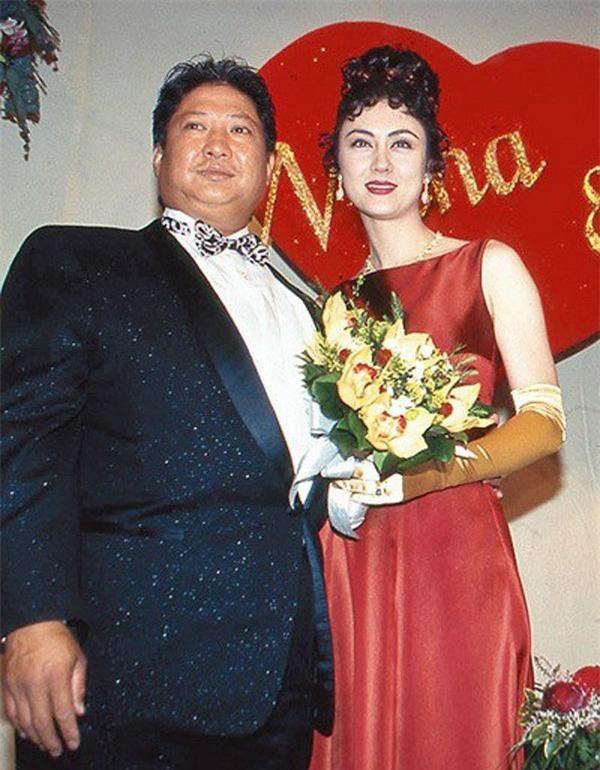 Người vợ hai của Hồng Kim Bảo là hoa hậu nổi tiếng, tần tảo nuôi 4 con riêng của chồng ảnh 5