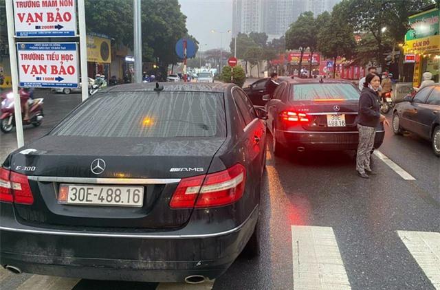Vụ 2 xe sang Mercedes E300 trùng biển số: Lộ đường dây mua bán xe không giấy tờ - Ảnh 1.