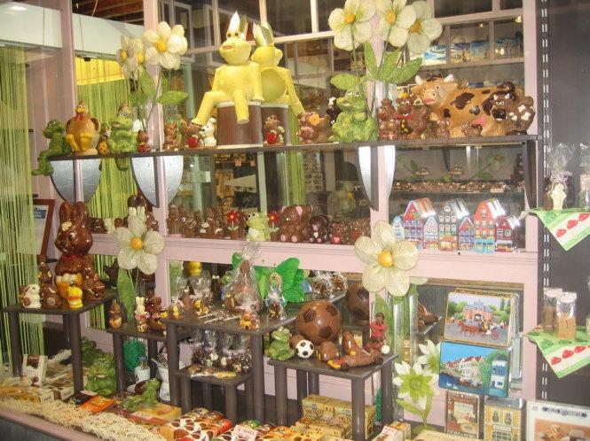 """Được xem là thủ phủ chocolate của thế giới, Bỉ có đến 16 bảo tàng cùng hơn 2.000 cửa hàng về chocolate. Ở đây, các trường dạy cách làm chocolate có ở khắp mọi nơi, từ sơ cấp, trung cấp cho đến cao cấp. Một trong những lý do chính đã làm nên thương hiệu của chocolate ở Bỉ đó là do nó đã được làm bằng thủ công. Làm chocolate tại Bỉ được xem là cả một nghệ thuật, yêu cầu người thợ phải có tay nghề cao, phải luôn có sự tìm tòi và sáng tạo trong sản xuất để mang tới cho thế giới những loại chocolate hảo hạng nhất. Đây chính là ẩm thực thu hút khách du lịch hàng đầu ở Bỉ.  Ngoài biệt danh """"Vương quốc chocolate"""", Vương quốc Bỉ còn được gọi là """"trái tim của châu Âu"""" bởi nước này vừa nằm giữa châu Âu, thủ đô Brussels Bỉ còn có các cơ quan đầu não của Liên hiệp Châu Âu (EU), của Cộng đồng Kinh tế Châu Âu (EEC), của Khối Quân sự Bắc Đại Tây Dương (NATO)...  Atomium là tòa cao ốc thiết kế theo mô hình cấu trúc nguyên tử, xây dựng cách đây hơn 50 năm, cao 103 m, do Kiến trúc sư André Waterkeynn phác họa, được ví như tháp Eiffel của Brussels. Công trình kỷ niệm Atomium có hình dạng là 9 khối hình quả cầu, kết cấu giống như tinh thể, rỗng bên trong, mỗi quả có đường kính 18 m, các quả cầu ở xung quanh kết nối với mặt cầu ở trung tâm bằng các đường ống hình trụ có cầu thang dành cho người đi bộ ở trong dài 3 5m. Đây là một trong những địa điểm thu hút khách du lịch nhất của nước Bỉ. Đứng trên Atomium, du khách có thể ngắm nhìn thủ đô Brussels của nước này thông qua các cửa sổ của tòa cao ốc.  Thành phố Antwerp của Bỉ từ trước đến nay vẫn được mệnh danh là thủ đô kim cương của thế giới. Theo BBC, thành phố này mỗi năm chế tác, xử lý khoảng 8% số lượng kim cương trên toàn thế giới, thu về ngân sách lên tới 22 tỷ USD. Sint-Truiden chính là một thành phố của Bỉ, nơi cầu thủ Nguyễn Công Phượng từng sinh sống và chơi bóng.  Cung điện Justice là một trong những địa điểm du lịch nổi tiếng nhất ở Vương quốc Bỉ. Với lối kiến trúc độc đáo, tỉ mỉ, chi tiết và sự rộng lớn của mình, cung điện dễ"""