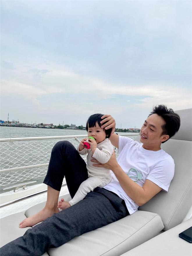 Ái nữ nhà Cường Đô La nghỉ lễ: Chán siêu xe nên lên du thuyền dạo mát, được mẹ đầu tư ăn diện chuẩn tiểu thư nhà giàu - Ảnh 2.