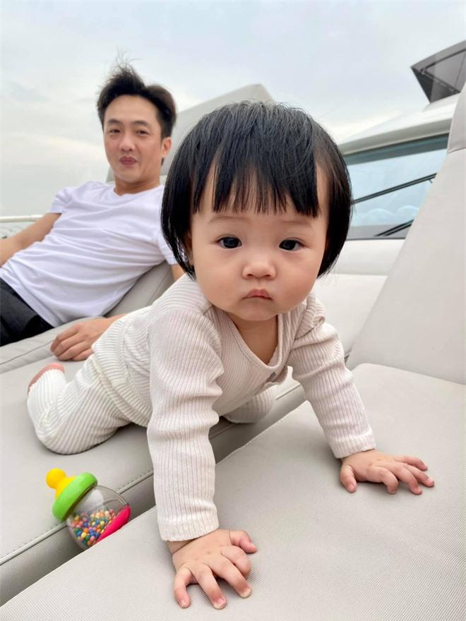 Ái nữ nhà Cường Đô La nghỉ lễ: Chán siêu xe nên lên du thuyền dạo mát, được mẹ đầu tư ăn diện chuẩn tiểu thư nhà giàu - Ảnh 3.