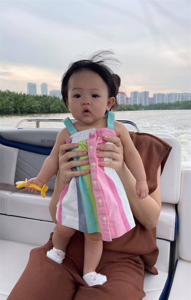 Ái nữ nhà Cường Đô La nghỉ lễ: Chán siêu xe nên lên du thuyền dạo mát, được mẹ đầu tư ăn diện chuẩn tiểu thư nhà giàu - Ảnh 4.