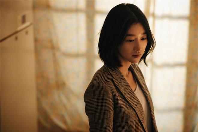 Bất chấp làn sóng tẩy chay, phim mới của Seo Ye Ji vẫn dẫn đầu doanh thu phòng vé xứ Hàn - Ảnh 2.