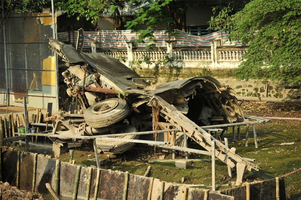 Cận cảnh tu sửa hồ chứa xác máy bay B52 cuối cùng bị bắn hạ tại Hà Nội - Ảnh 5.