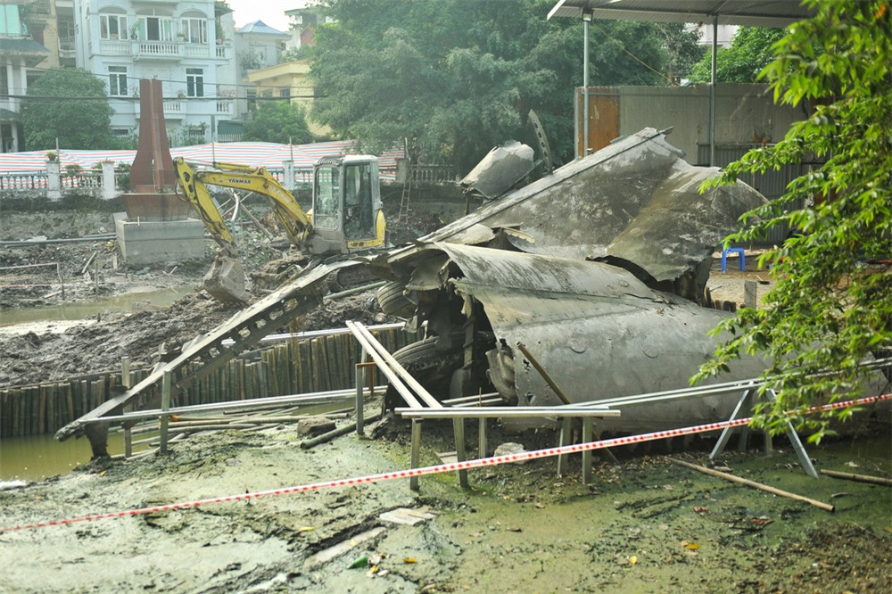 Cận cảnh tu sửa hồ chứa xác máy bay B52 cuối cùng bị bắn hạ tại Hà Nội - Ảnh 7.