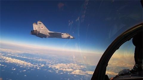 Chuyen gia giai thich tai sao doi thu rut lui truoc MiG-31