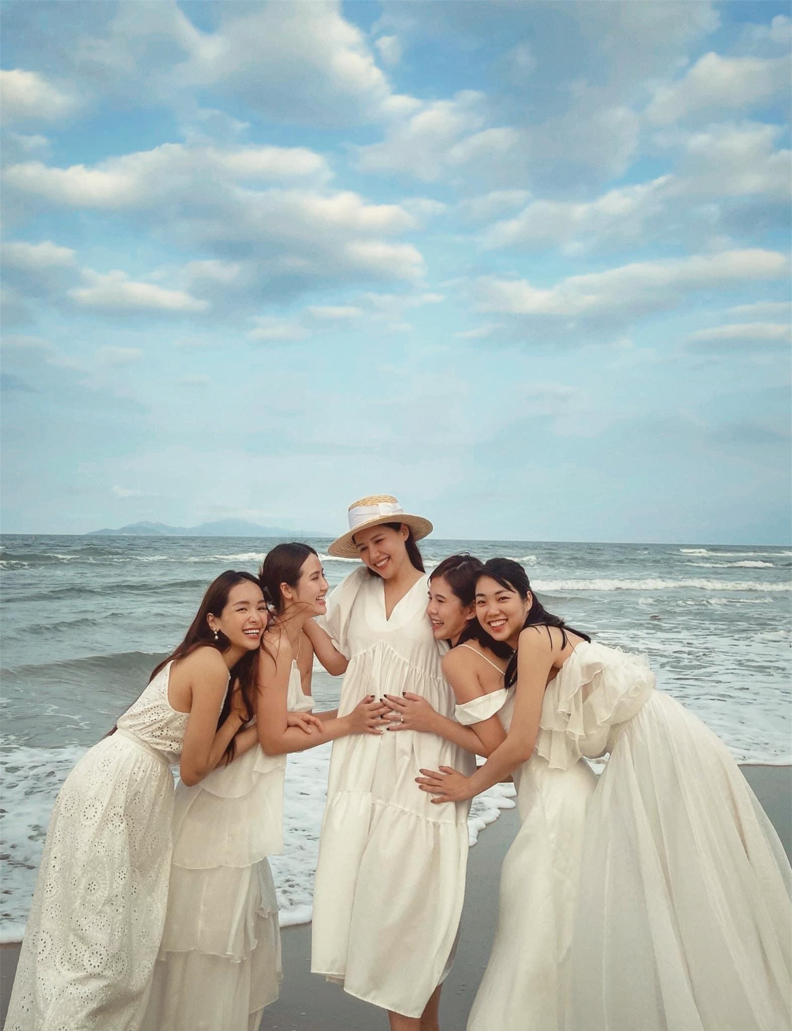 Phanh Lee ôm bụng bầu khoe nhan sắc ngọt ngào, hội chị em Vbiz lên chức 'mẹ đỡ đầu' ảnh 4