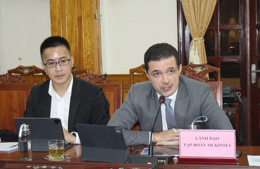 Giám đốc Hợp danh McKinsey Việt Nam Marcin Miller (bên phải) phát biểu tại buổi làm việc.