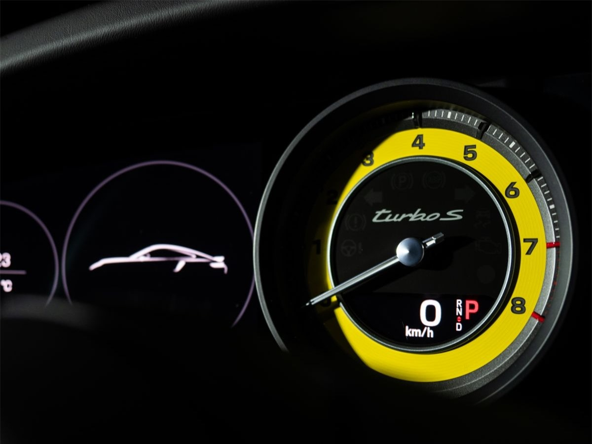 Tổng thể thiết kế hài hòa được cân bằng hoàn hảo với cảm giác lái, tính khí động học và chất thể thao, là một lựa chọn lý tưởng cho việc sử dụng hàng ngày và trên đường đua. Bước nhảy vọt về hiệu năng của thế hệ mới này đặc biệt đáng chú ý khi tăng tốc 0 đến 200 km/giờ trong 8,9 giây, phiên bản 911 Turbo S mới nhanh hơn 1 giây so với phiên bản tiền nhiệm.