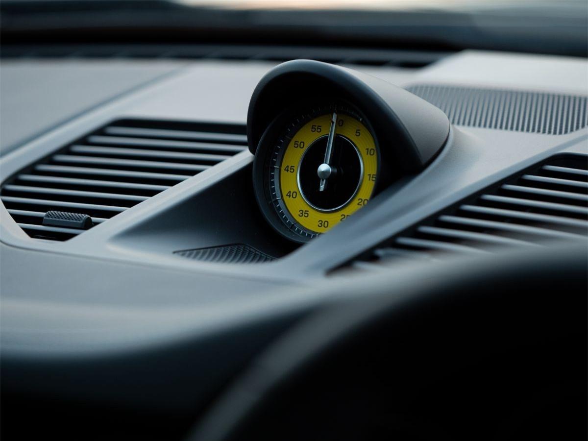 Hệ thống Quản lý hợp lực kéo của Porsche (PTM) được cải tiến, tối ưu hóa khả năng phân phối mô-men xoắn truyền tới hai bánh trước của hộp truyền động, lên đến 500 Nm. Khung gầm PASM tiêu chuẩn của thế hệ mới đậm chất thể thao hơn.
