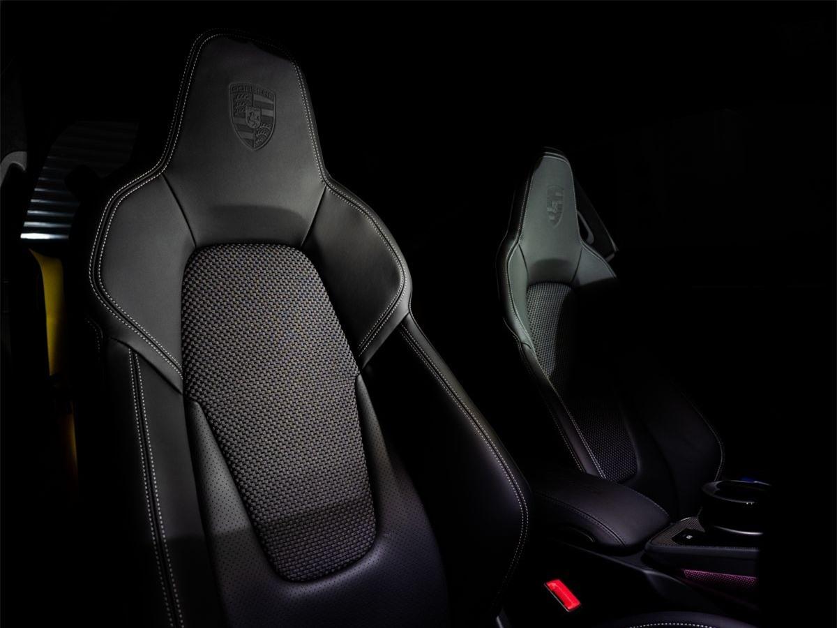 Nội thất sử dụng các nguyên liệu cao cấp và đậm chất thể thao. Màn hình trung tâm PCM có kích thước 10,9 inch được bố trí mới giúp người lái luôn tập trung và thao tác nhanh chóng. Ngoài ra, khoang lái không thể thiếu những yếu tố nổi bật khác bao gồm vô-lăng thể thao GT, gói Sport Chrono tích hợp ứng dụng Chỉ số đường đua của Porsche mới và Hệ thống âm thanh vòm BOSE.