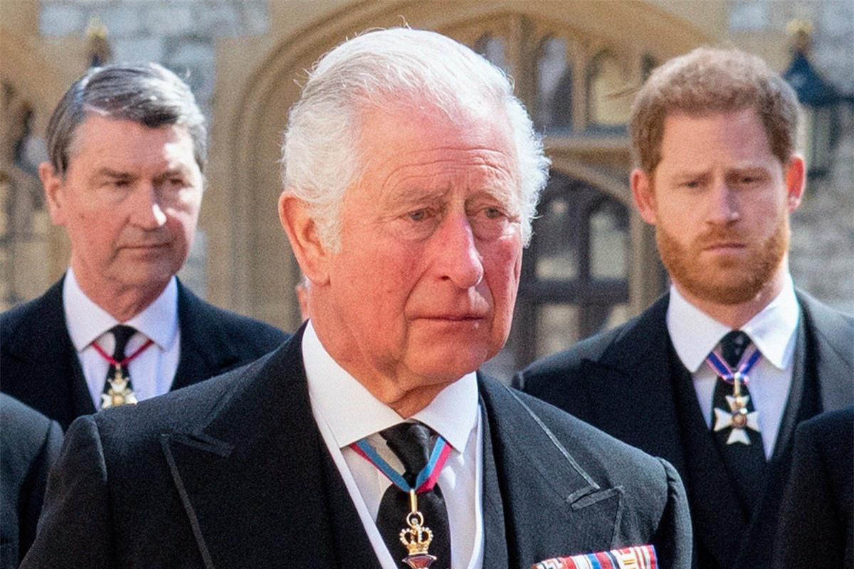 Không ở lại mừng sinh nhật Nữ hoàng, Harry còn gây phẫn nộ khi có hành động phũ phàng với cha ngay sau tang lễ, Meghan đứng đằng sau tất cả? - Ảnh 1.
