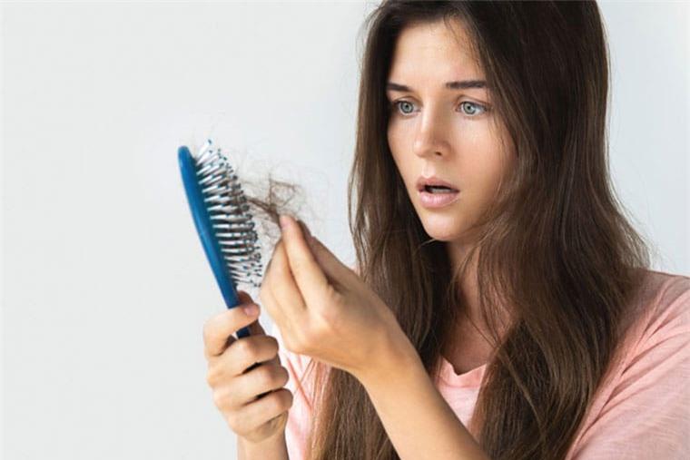 Rụng tóc có phải do thiếu vitamin?