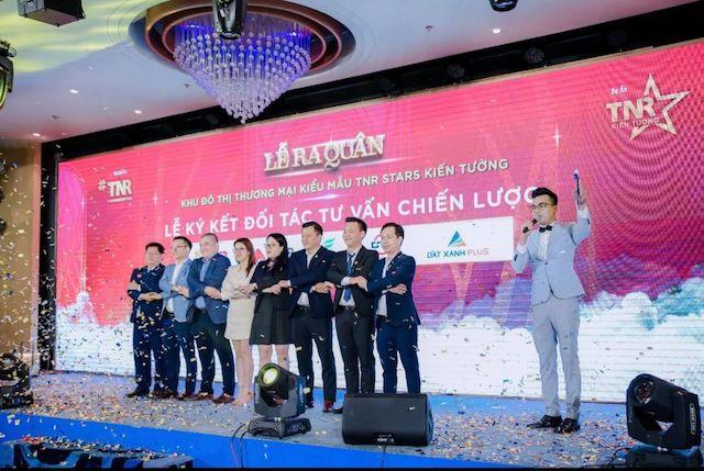 mới đây, ngày 14/4 TNR Holdings Vietnam tiếp tục tổ chức lễ ra quân và ký kết hợp tác tư vấn chiến lược dự án Khu Bến xe - Dân cư Kiến Tường (tên thương mại TNR Stars Kiến Tường; toạ lạc tại phường 3, thị xã Kiến Tường, tỉnh Long An).