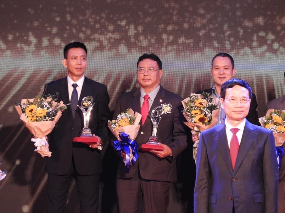 ông Nguyễn Duy Đa, Chủ tịch HĐQT, Giám đốc Công ty Cổ phần Viên Sơn (đứng giữa hàng trên) trên bục nhận giải.