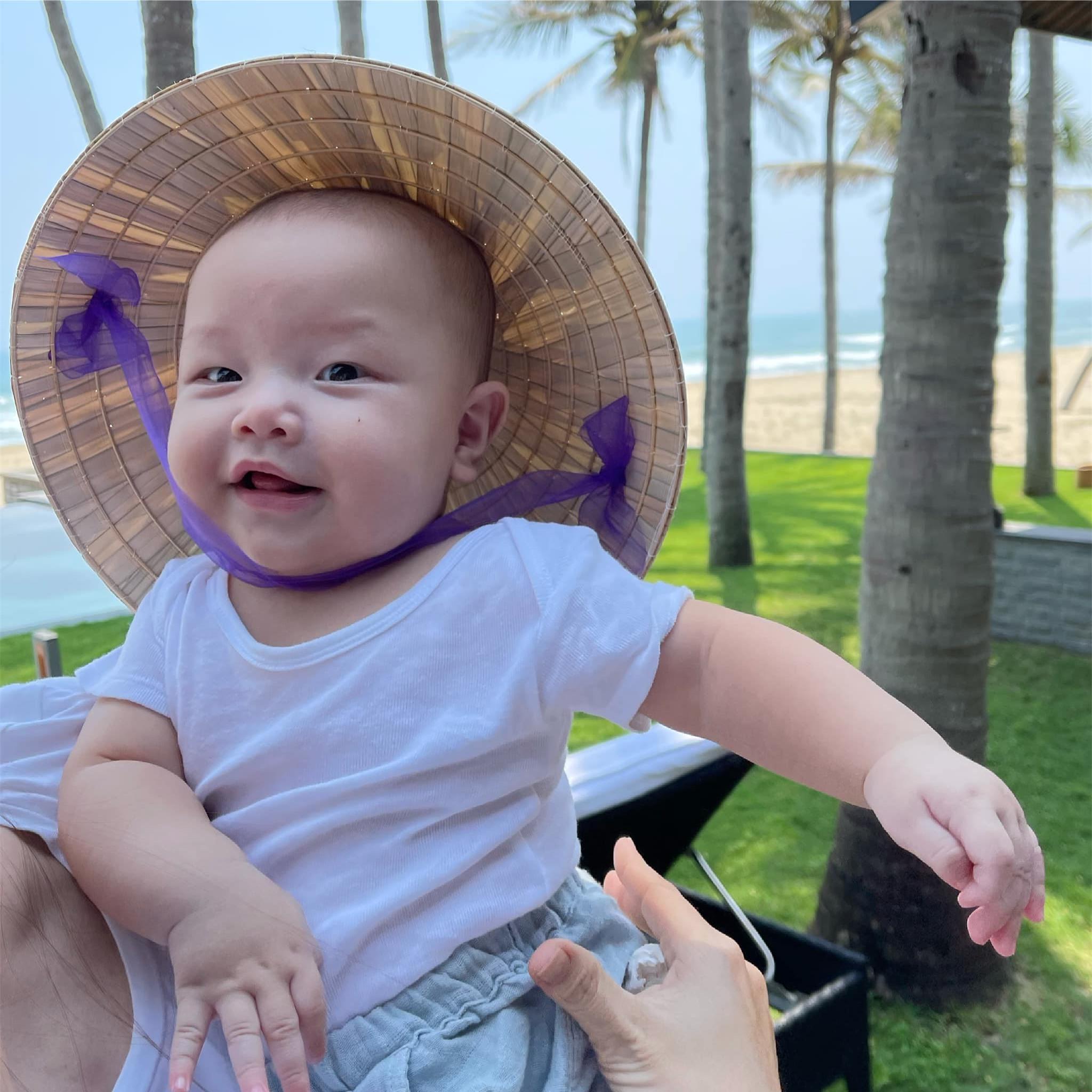 Biểu cảm hài hước của con trai và con gái Hồ Ngọc Hà khi được mẹ cho đội nón lá - Ảnh 1.