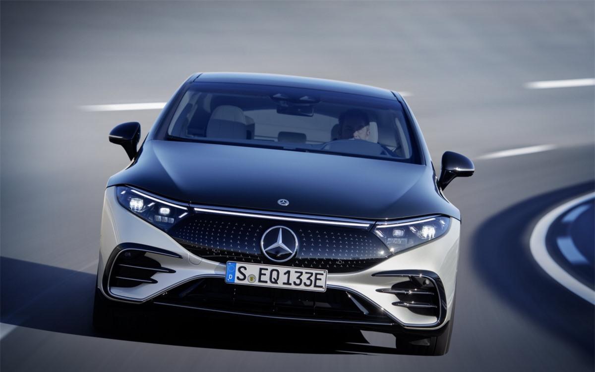 So với mẫu Concept Vision EQS năm 2019 thì chiếc xe có phần kém bắt mắt hơn nhưng thiết kế này sẽ phù hợp với thực tế hơn. EQS chạy trên nền tảng EV chuyên dụng hoàn toàn mới mà chúng ta sẽ thấy nhiều hơn trong nhiều năm tới khi các mẫu xe EV tiếp theo được ra mắt.
