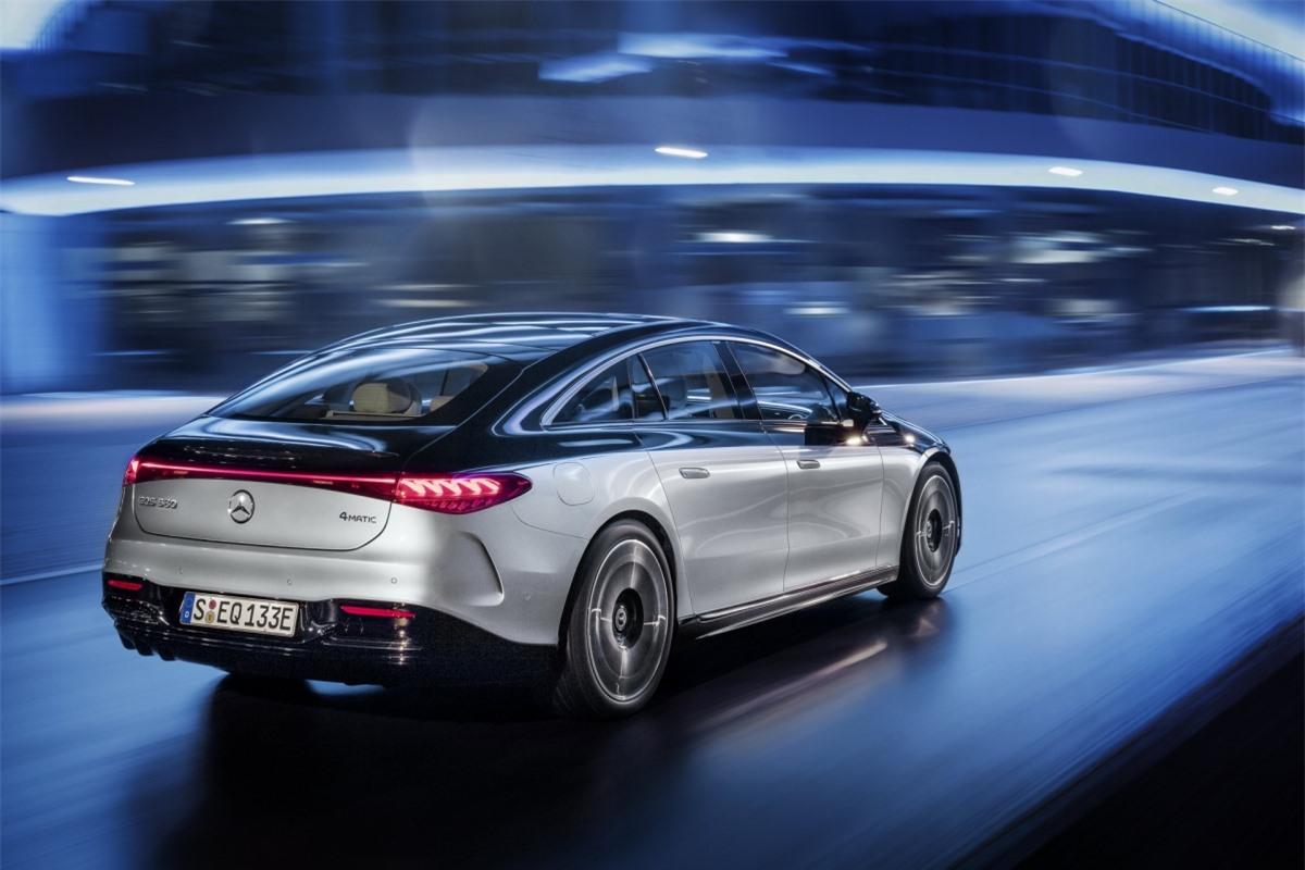 Mercedes-Benz cho biết, họ đang làm việc cho một phiên bản 715 mã lực và có lẽ sẽ được đeo logo AMG; khi ra mắt vào mùa thu này, hãng xe nước Đức sẽ cung cấp phiên bản tiêu chuẩn EQS 450 dẫn động cầu sau và EQS 580 4MATIC với hệ dẫn động 4 bánh toàn thời gian